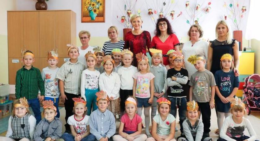 """Agata Kornhauser-Duda odwiedziła przedszkole """"Słoneczko"""" w Woli Rębkowskiej"""