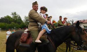 Archiwum Rozrywka, Bawili ułanami podczas festynu rodzinnego - zdjęcie, fotografia